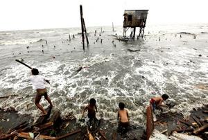 Millones de personas se quedaron sin electricidad en Manila, la capital filipina, a causa de las intensas lluvias y los vientos de hasta 170 kilómetros por hora.