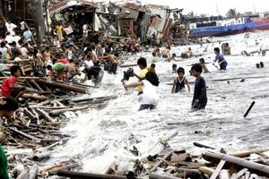 Al menos 23 personas murieron y otras 35 están desaparecidas en Filipinas como consecuencia de los efectos del tifón Nesat, que se dirigía hacia el Mar de China Meridional.
