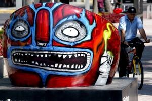 Los rostros de la cantante Shakira y el escritor Gabriel García Márquez se hermanan en tercera dimensión con personajes de la cultura mexicana en otra bella flor.