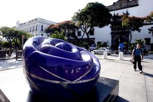 Un total de 42 esculturas en forma de rosa multicolor dan la bienvenida en las principales calles y sedes deportivas de Guadalajara a los participantes de los Juegos Panamericanos.