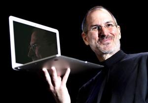 Steven Paul Jobs nació el 24 de febrero de 1955 en San Francisco, hijo de Joanne Schieble -para entonces una estudiante de posgrado soltera- y Abdulfattah Jandali, un estudiante originario de Siria. Fue entregado en adopción a Clara y Paul Jobs, quienes alentaron su afición por la electrónica.