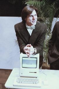 La brillantez, la pasión y la energía de Steve fueron la fuente de incontables innovaciones que enriquecen y mejoran todas nuestras vidas, expresó Apple. El mundo es inconmensurablemente mejor debido a Steve.