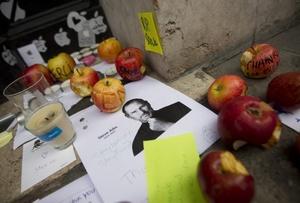 Cientos acudieron a una de las tiendas de Apple en Nueva York para rendir tributo a Jobs (1955-2011).