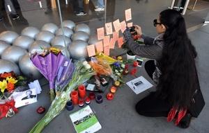 Los usuarios de Apple rinden tributo a través de la redes sociales y acudiendo a las mismas tiendas de los visionarios productos que lanzó al mercado Steve Jobs.