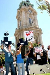 Precisamente en la entidad poblana, jóvenes de todas las edades se sumaron a la protesta pacífica mundial bajo el lema Somos los de abajo y venimos por los de arriba. Más de 150 personas se congregaron en el zócalo de esa capital, donde expusieron su indignación.