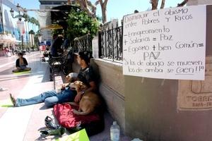 La protesta se organizó mediante Internet a través del movimiento 15-O (15 de octubre) para enviar un mensaje a los políticos y las élites financieras sobre el poder de los ciudadanos.
