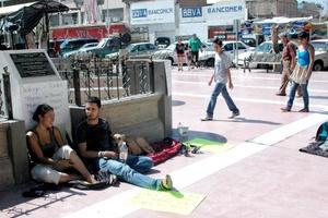 En Torreón, seis jóvenes instalaron una protesta en la Plaza de Armas.
