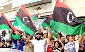 Gadafi es el primer gobernante que es muerto en la Primavera Arabe, una serie de levantamientos popular que recorrieron el Medio Oriente para pedir el fin de los regímenes autocráticos y el establecimiento de una mayor democracia.