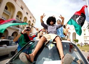 Abdel-Jalil Abdel-Aziz, un médico que acompañó el cuerpo en la ambulancia y lo examinó, dijo que Gadafi murió de dos balazos, en la cabeza y el pecho.