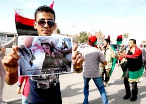 Pero la mayoría de los relatos coinciden en que Gadafi había estado atrincherado con sus últimos leales bien armados en los últimos edificios que retenían en el puerto mediterráneo de Sirte, donde combatían encarnizadamente a los revolucionarios que los cercaban.