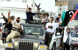 La secretaria de Estado norteamericana Hillary Rodham Clinton ofreció millones de dólares en nueva asistencia a Libia, y exhortó al nuevo liderazgo del país a comprometerse con un futuro democrático sin ánimos de venganza.