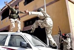 Las fuerzas revolucionarias celebraron la captura de uno de los bastiones de Moamar Gadafi y cercaron los últimos reductos de combatientes leales al antiguo régimen en Sirte, por lo que la victoria a sus ocho meses de levantamiento está a sólo unas cuadras de distancia.