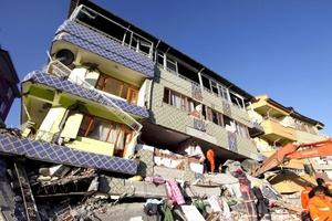 Los equipos de rescate, que estuvieron trabajando toda la noche, siguen esforzándose en localizar a personas atrapadas bajo los escombros, donde al menos 80 edificios se han derrumbado.