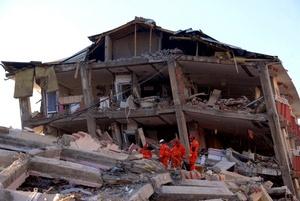 Las autoridades turcas tienen constancia de que al menos 366 personas se encuentran aún bajo los escombros y falta además información sobre la situación en los pueblos y las aldeas de montaña, adonde los equipos de rescate comenzaron a llegar.