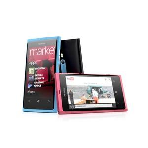 La nueva línea de productos Lumia incorpora funcionalidades del paquete de software Office, de Microsoft, y también ofrece la posibilidad de interactuar con las cuentas de usuario de la plataforma virtual Xbox Live. Asimismo, Shields ha afirmado que es el único Windows Phone con navegación guiada por voz a través de GPS.