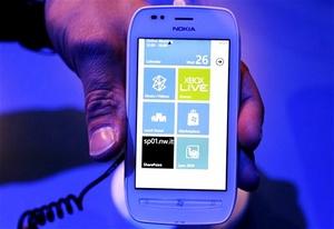 El presidente de Nokia, Stephen Elop, ha presentado en Londres el Nokia Lumia 800 y el Lumia 710, los dos primeros teléfonos inteligentes de la compañía en incorporar el sistema operativo Windows Phone de Microsoft.