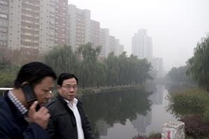 Pekín es una ciudad rodeada por colinas en tres de sus fronteras. Si no hay viento, los gases contaminantes no se mueven.