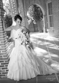 Srita. Adriana Narváez Aguilera, captada en una fotografía de estudio el día de su boda con el Sr. Bezaleel Galíndez Cota   Luciano Laris Fotografía