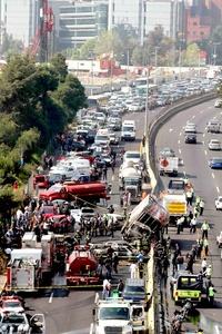 De acuerdo con Miguel Moreno Brizuela, director de Protección Civil del Distrito Federal, el camión de carga se impactó contra el muro y a la hora de volcarse se llevó consigo una patrulla y cinco autos particulares.