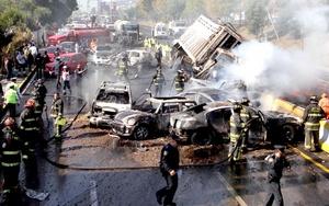Cinco autos particulares, una patrulla y un camión de carga, que transportaba jitomates se vieron involucrados.