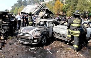 Tres heridos y cuatro autos incendiados arrojó un choque múltiple en la autopista México-Toluca, en el kilómetro 13.5, en dirección a la Ciudad de México, a la altura de Puerta Santa Fe.