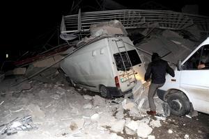 La televisión estatal TRT dijo que al menos tres cuerpos fueron recuperados y se creía que más de 50 personas estaban atrapadas entre los escombros de un hotel.