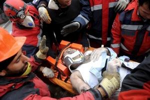 Se podían escuchar voces que pedían ayuda desde debajo de las ruinas, y al menos 13 personas fueron rescatadas con vida.