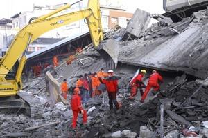 Un terremoto sacudió el este de Turquía, mató al menos a tres personas y dejó decenas más atrapadas entre los escombros de edificios que habían quedado dañados en un sismo anterior.