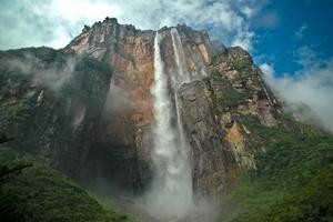 El Salto Ángel es la cascada más alta del mundo, con una altura de 1,002 m y está ubicada en el territorio protegido por el Parque Nacional Canaima, en el estado de Bolívar , es más de 19 veces más alto que las Cataratas del Niágara.