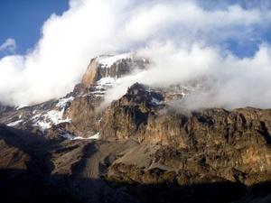 Con sus tres conos volcánicos, Kibo, Mawensi and Shira, el Monte Kilimanjaro es un estrato volcán inactivo en el noroeste de Tanzania, siendo con 5,895 m la montaña más alta de África y el monte aislado más alto del mundo con 4,600 m desde su base.
