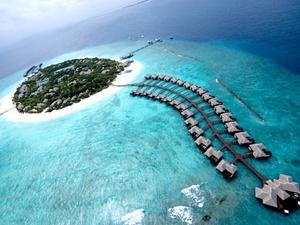 Las Islas Maldivas son una nación insular situada en el Océano Índico, agrupada en 26 atolones al sur de las Islas Lakshadweep de India, alrededor de 700 km al sudoeste de Sri Lanka, constituida por 1,192 islas, de las cuales 200 están habitadas.