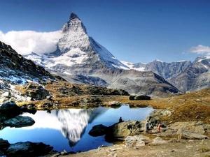 El Matterhorn Cervino es posiblemente la montaña más conocida de los Alpes por su espectacular forma de pirámide, está localizada en la frontera entre Suiza e Italia, en el valle de Tournanche. La montaña tiene cuatro caras, hacia los cuatro puntos cardinales.