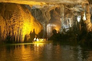 """La Gruta de Jeita se encuentra al norte de Beirut, en el valle de Nahr al-Kalb, es un conjunto de cuevas cristalizadas, dos de piedra caliza, en la parte superior y una cueva inferior a través de la cual fluye el """"Río del Perro""""."""