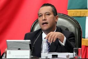Después de que investigadores mexicanos hallaron más de 100 cadáveres cerca de la frontera con Estados Unidos, Blake prometió aumentar la presencia de tropas y policías federales en el área.
