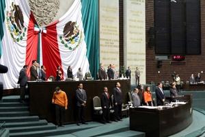 El presidente en turno de la Mesa Directiva, Jesús María Rodríguez, ordenó a los legisladores presentes en el pleno ponerse de pie y guardar un minuto de silencio.
