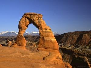El Gran Cañón (the Grand Canyon) es una vistosa y escarpada garganta excavada por el río Colorado en el norte de Arizona, Estados Unidos. El Cañón está considerado como una de las maravillas naturales del mundo y está situado en su mayor parte dentro del Parque Nacional del Gran Cañón (uno de los primeros Parques Naturales de los Estados Unidos).