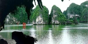 La bahía de Ha-Long (en vietnamita: Vịnh Hạ Long), también llamada Bahía de Ha Long o Bahía de Along, es una extensión de agua de aproximadamente 1.500 km². Situada al norte de Vietnam, en la provincia de Quang Ninh, en el golfo de Tonkín, cerca de la frontera China y a 170 km al este de Hanói. Se extiende a lo largo de una costa de 120 km. Destaca la presencia de elementos kársticos e islas de varios tamaños y formas.