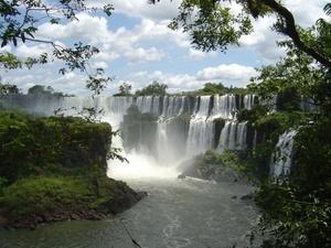 Cataratas del Iguazú Votar  Las cataratas del Iguazú, sobre el Río Iguazú, son unas de las más grandes cataratas del mundo. Se extienden a través de 2.700 m en una forma semicircular. Entre las 275 cataratas que juntas forman las Cataratas del Iguazú, la Garganta del Diablo es el salto mayor, que consta de 80 m. Las cataratas se encuentran en la provincia de Misiones, en el Parque Nacional Iguazú, Argentina y en el Parque Nacional do Iguaçu del estado de Paraná, Brasil.