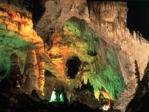 """Ubicada 20 kilómetros al norte de Beirut, en el valle de Nahr al-Kalb, la Gruta de Jeita es un conjunto de cuevas cristalizadas es una de las más grandes del mundo. Está compuesta por dos cuevas de piedra caliza, galerías en la parte superior y una cueva inferior a través de la cual fluye el """"Río del Perro de 6.230 m de longitud. Desde el punto de vista geológico, las cuevas constituyen un túnel o ruta de escape para el río subterráneo. Las cuevas constituyen dos niveles."""