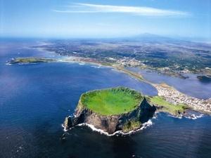 La isla de Jeju, es una isla volcánica, y se encuentra en el estrecho de Corea, a 130 km al sur de la tierra firme. Jeju (Jeju-do en coreano) es la provincia más pequeña de Corea del Sur y con 1.848 km² la isla de mayor tamaño del país. La isla está dominada por el monte Halla, un volcán inactivo de 1.950 m de altura sobre el nivel del mar, que es el pico más alto de Corea del Sur y alrededor del volcán principal hay 360 volcanes satélite.