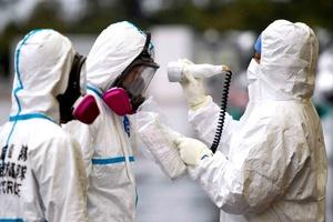 Los reporteros vistieron trajes protectores de cuerpo completo y se sometieron a una revisión en busca de radiación al finalizar el recorrido.