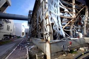 Los reporteros pudieron ver el terreno de la instalación en expansión a la orilla del mar y el exterior de varios de los reactores dañados antes de ser llevados al centro de operaciones de emergencia.