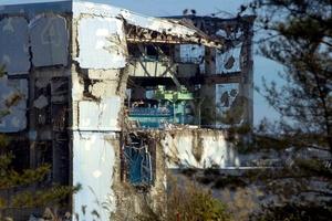 La planta nuclear de Fukushima Dai-ichi, ubicada a cerca de 225 kilómetros (140 millas) al noreste de Tokio, fue severamente dañada por el maremoto y derramó grandes cantidades de materiales radiactivos en los campos que la rodean, muchos de los cuales permanecen como zonas restringidas.