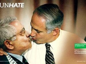 El primer ministro israelí, Benjamin Netanyahu, y el presidente de la Autoridad Nacional Palestina. Los besos entre mandatarios sólo se dan en carteles que serán colocados en establecimientos y exteriores.