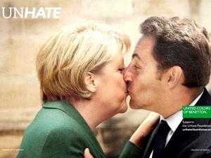 En otros carteles de la campaña también se pueden observar besándose a personajes como la canciller alemana, Angela Merkel, y el presidente francés, Nicolas Sarkozy.