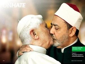 El propio Papa Benedicto XVI y el imán egipcio, Ahmed Mohamed el-Tayeb también aparecen besandose en la campaña.
