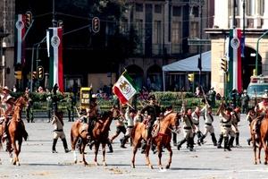Para cerrar el desfile, en el que participaron militares, policías de la capital del país y del Estado de México, así como la Asociación Nacional de Charros, entre otros, un escuadrón aéreo iluminó un despejado cielo azul con los colores de la Patria. El parte final fue 'sin novedad'.