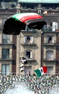 Los aplausos de los espectadores no se hicieron esperar tanto para los paracaidistas, como para los militares que realizaron la representación de la lucha armada de 1910.