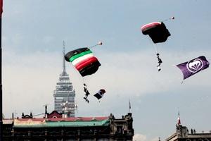 El grupo que causó más admiración fue el de paracaidistas, que desde una gran altura descendió formando figuras en el cielo y ondeando la bandera nacional hasta llegar al centro de la plancha del Zócalo, donde una nube de humo con los colores patrios los recibió.