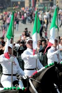El galope de la caballería que llegaba por la Avenida 20 de Noviembre al Zócalo retumbaba en el pavimento y estremecía los corazones de los asistentes nacionales y extranjeros reunidos para conocer un poco más de la historia de México.